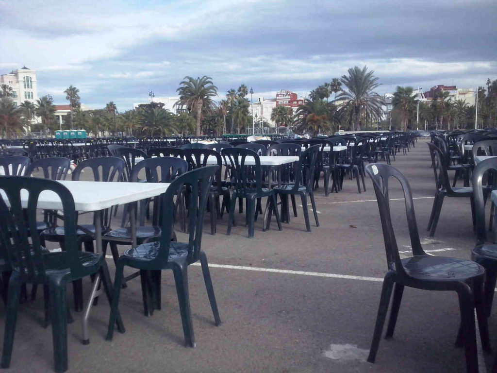 Alquiler de sillas y mesas en Calles